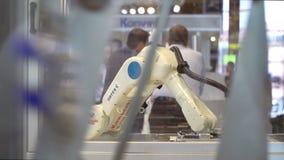 Los sistemas de empaquetado robóticos de la compañía finlandesa Orfer durante la exposición grande PacTec en Helsinki almacen de metraje de vídeo