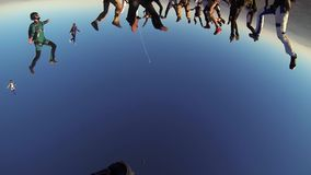 Los skydivers del grupo que caen en cielo azul hacen la formación Manía extrema Profesionales metrajes