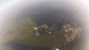 Los skydivers profesionales en uniforme liberan caer en cielo Llevar a cabo la balanza velocidad almacen de video