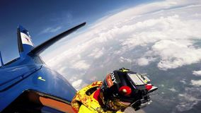 Los Skydivers saltan del aeroplano, estilo libre en cielo nublado Día asoleado Manía extrema metrajes