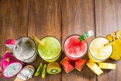 Los smoothies de la fruta con el dragón dan fruto, kiwi, sandía, piña o Fotografía de archivo libre de regalías