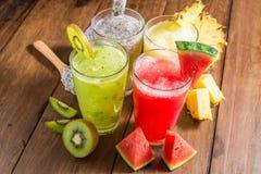 Los smoothies de la fruta con el dragón dan fruto, kiwi, sandía, piña o Imagen de archivo libre de regalías