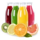 Los smoothies de la fruta del smoothie del jugo dan fruto en la botella aislada en pizca Fotografía de archivo