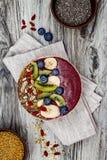 Los smoothies de los superfoods del desayuno de Acai ruedan con las semillas del chia, el polen de la abeja, los desmoches de la  Fotografía de archivo libre de regalías