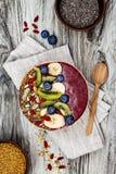 Los smoothies de los superfoods del desayuno de Acai ruedan con las semillas del chia, el polen de la abeja, los desmoches de la  Imagen de archivo libre de regalías