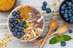 Los smoothies de los superfoods del desayuno de Acai ruedan rematado con chia, las semillas del lino y de calabaza, polen de la a Imagen de archivo