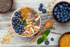 Los smoothies de los superfoods del desayuno de Acai ruedan rematado con chia, las semillas del lino y de calabaza, polen de la a Imágenes de archivo libres de regalías