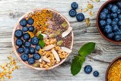 Los smoothies de los superfoods del desayuno de Acai ruedan rematado con chia, las semillas del lino y de calabaza, polen de la a Fotografía de archivo