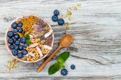 Los smoothies de los superfoods del desayuno de Acai ruedan rematado con chia, las semillas del lino y de calabaza, polen de la a Fotos de archivo
