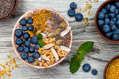 Los smoothies de los superfoods del desayuno de Acai ruedan rematado con chia, las semillas del lino y de calabaza, polen de la a Foto de archivo