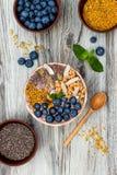 Los smoothies de los superfoods del desayuno de Acai ruedan rematado con chia, las semillas del lino y de calabaza, polen de la a Imagenes de archivo