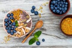 Los smoothies de los superfoods del desayuno de Acai ruedan rematado con chia, las semillas del lino y de calabaza, polen de la a Imagen de archivo libre de regalías
