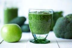 Los smoothies verdes de las verduras se prepararon con la coliflor en la tabla de madera Fotografía de archivo