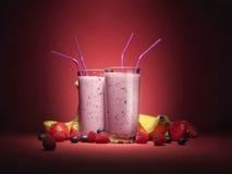 Los smooties cambiantes de la fruta con la fruta sirvieron en vidrios Imagen de archivo