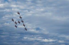 Los Snowbirds sincronizaron los aviones acrobáticos que se realizaban en el salón aeronáutico fotos de archivo libres de regalías