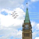 Los Snowbirds vuelan sobre la colina del parlamento foto de archivo libre de regalías