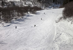 Los Snowboarders y los esquiadores en el esquí se inclinan en el día de invierno Imágenes de archivo libres de regalías