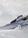 Los Snowboarders y los esquiadores en el esquí se inclinan en el día del sol Imagenes de archivo