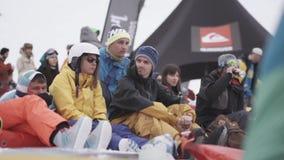 Los Snowboarders y los esquiadores se relajan adentro acampan Estación de esquí Acontecimiento deportivo holidays metrajes