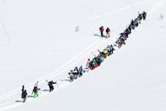 Los Snowboarders y los esquiadores suben la montaña para el freeride Imágenes de archivo libres de regalías