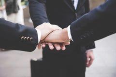Los socios combinan las manos que se unen a del trabajo al éxito juntas Fotos de archivo libres de regalías