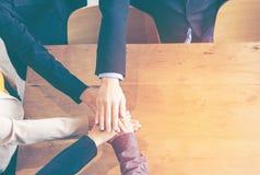 Los socios combinan las manos que se unen a del trabajo al éxito juntas Foto de archivo libre de regalías