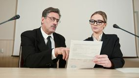 Los socios comerciales discuten los detalles del contrato almacen de video