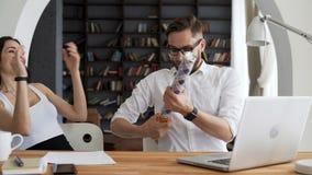 Los socios comerciales felices se divierten después de vender almacen de metraje de vídeo