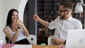 Los socios comerciales felices se divierten después de venta metrajes