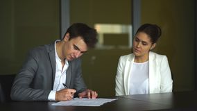 los socios comerciales firman un contrato almacen de video