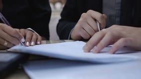 Los socios comerciales han venido a una decisión común y cantan un contrato metrajes