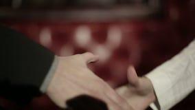 Los socios comerciales sirven y mujer que hace un apretón de manos Cámara lenta metrajes
