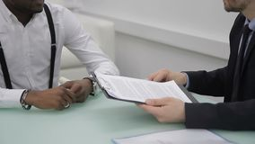 Los socios comerciales son contrato firmado en compañía internacional dentro almacen de video