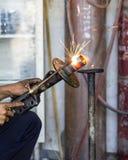 Los soldadores reparaban los amortiguadores de choque Fotografía de archivo libre de regalías