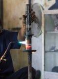 Los soldadores reparaban los amortiguadores de choque Fotografía de archivo