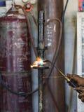 Los soldadores reparaban los amortiguadores de choque del corte Foto de archivo libre de regalías