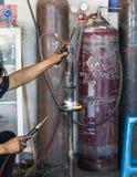 Los soldadores reparaban los amortiguadores de choque del corte Fotografía de archivo libre de regalías
