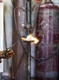 Los soldadores reparaban los amortiguadores de choque del corte Foto de archivo