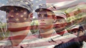 Los soldados americanos se alinearon en la atención almacen de video