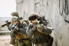 Los soldados asaltaron al enemigo capturado edificio Foto de archivo libre de regalías