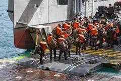 Los soldados cargan en arte anfibio Foto de archivo libre de regalías