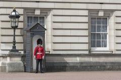 Los soldados de la guardia en el Buckingham Palace en Londres Fotos de archivo