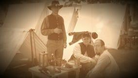Los soldados de la guerra civil presentan en un acampamento (la versión de la cantidad del archivo) almacen de video