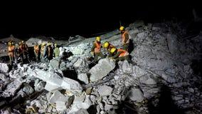 Los soldados de la seguridad de patria buscan para la gente herida tsunami del ataque del cohete del terremoto Imágenes de archivo libres de regalías