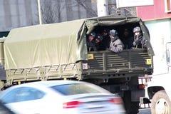 Los soldados de las tropas internas en el cordón alrededor de la oposición se reúnen Imágenes de archivo libres de regalías