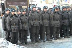 Los soldados de las tropas internas en el cordón alrededor de la oposición se reúnen Foto de archivo libre de regalías
