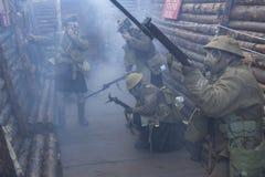 Los soldados del ejército británico de WWI se colocan listos bajo wh del ataque de gas tóxico Imágenes de archivo libres de regalías