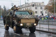 Los soldados del ejército checo son el dingo 2 del vehículo blindado de la luz que monta en desfile militar imagenes de archivo