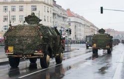 Los soldados del ejército checo son el dingo 2 del vehículo blindado de la luz que monta en desfile militar foto de archivo