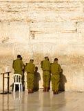 Los soldados del ejército israelí están rogando en la pared occidental en Jerusalén Foto de archivo libre de regalías